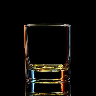 黒の背景にクリッピングパスとカラフルな強い酒の古典的なガラスのシルエット。