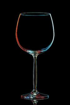 黒の背景にクリッピングパスとカラフルなワイングラスのシルエット。
