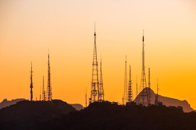 브라질 리우데자네이루의 수마레 언덕에 있는 통신 안테나의 실루엣.
