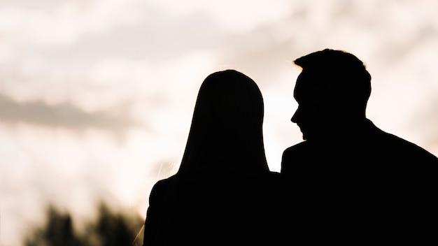 Силуэт пары против неба на вечер
