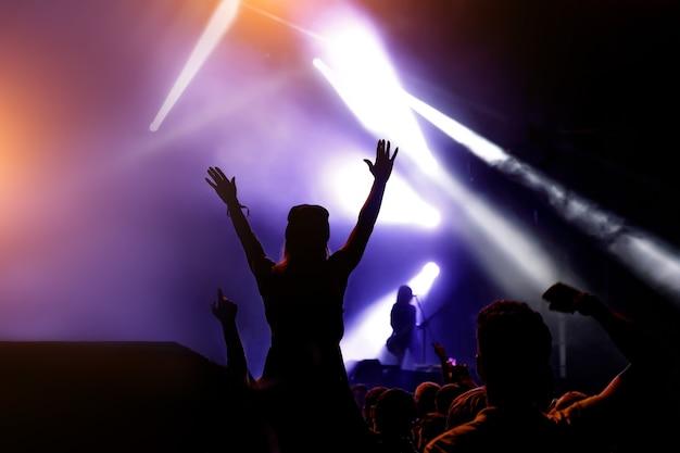 群衆コンサートのシルエット、ショーの音楽ファン。