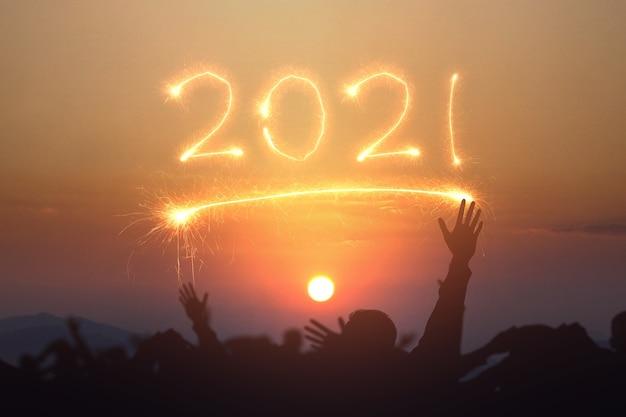 새 해를 축 하하는 군중 사람들의 실루엣입니다. 2021 년 새해 복 많이 받으세요