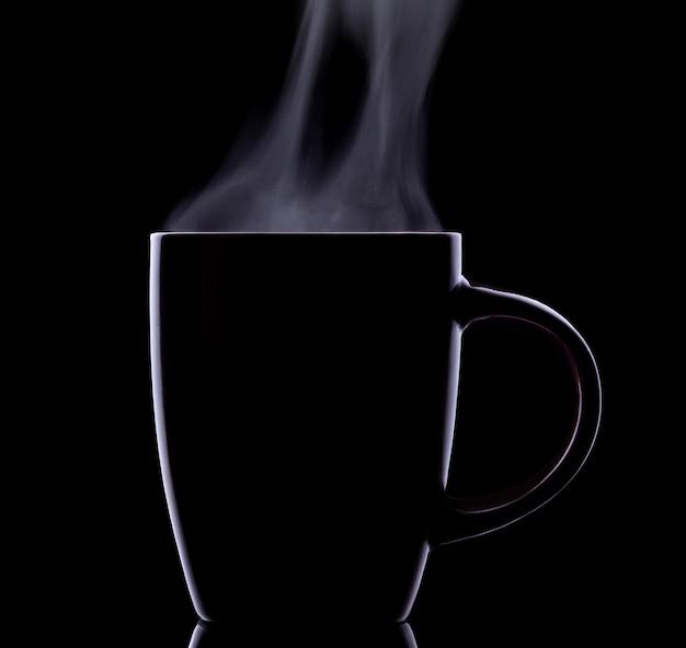 熱い飲み物と黒の背景で隔離の蒸気のカップのシルエット。