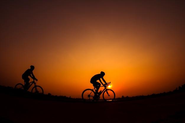 일몰 배경에서 자전거의 실루엣입니다.