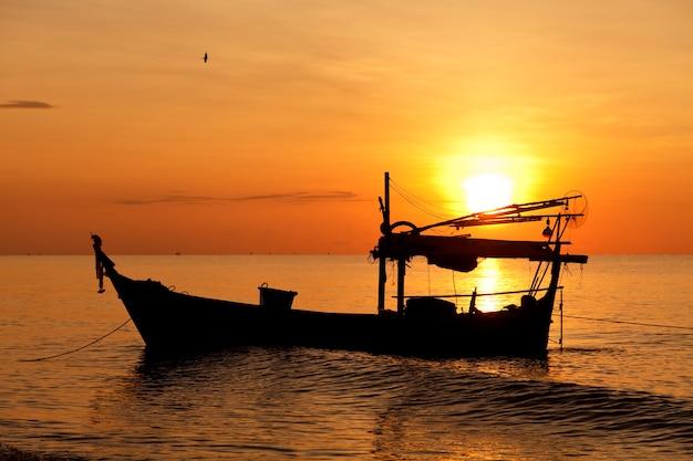 夕日の釣りボートのシルエット
