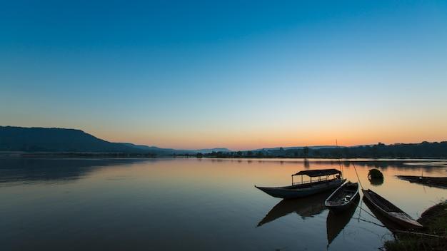 メコン川の漁船のシルエット