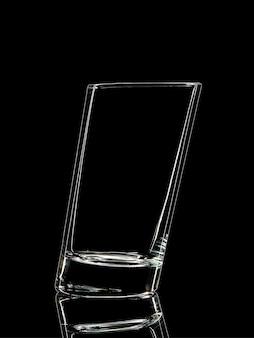 黒の背景にクリッピングパスで撮影するためのガラスのシルエット。