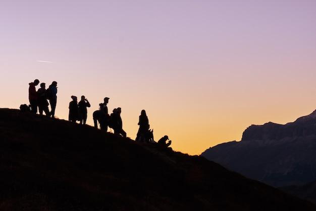 언덕에 사람들의 그룹의 실루엣