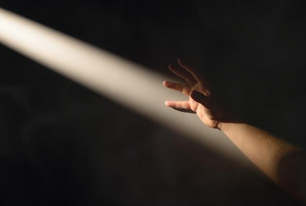 Силуэт руки и луч солнечного света