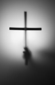 십자가 손의 실루엣