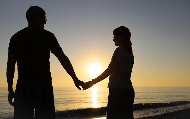 손을 잡고 행복 한 커플의 실루엣