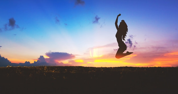 Силуэт счастливого путешествия женщина прыгает