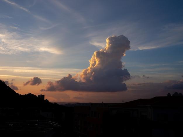 雲と美しい空の下の丘のシルエット