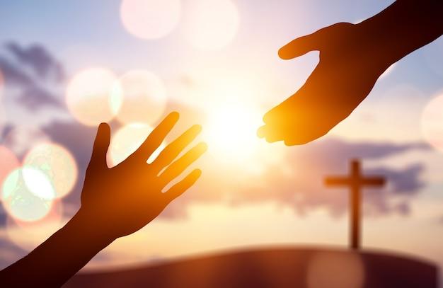 Силуэт человеческих рук, помогающих другим рукам