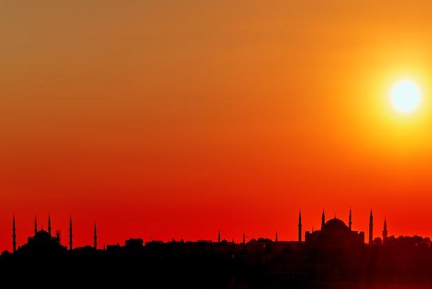 Силуэт стамбула с видом на закат в лучах солнца. . стамбул - крупнейший город турции.
