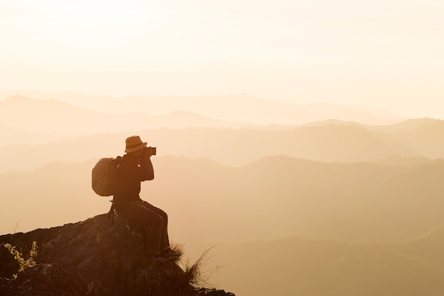 남자의 실루엣은 산의 정상에 손을 잡고, 성공 개념