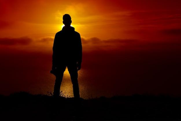 Силуэт человека на закате. элемент дизайна.