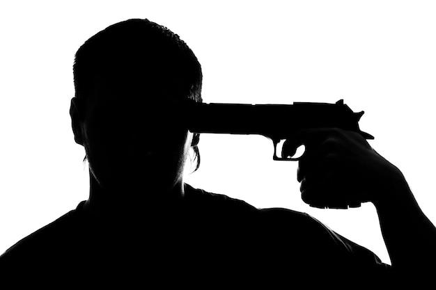 Силуэт человека, стреляющего в себя. изолированные на белом