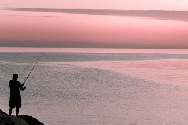 釣り回転と男のシルエット
