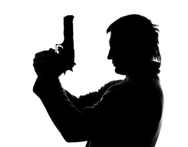 Силуэт человека со стрельбой из пистолета. изолированные на белом