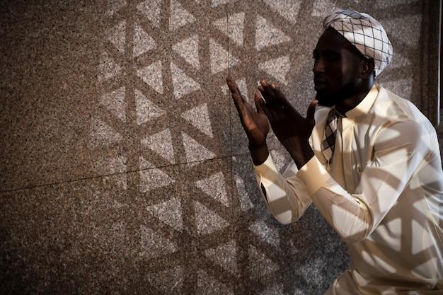 멕시코 국적 이슬람 남성의 실루엣이 이슬람 사원에서 알라에게 기도하고 있습니다.