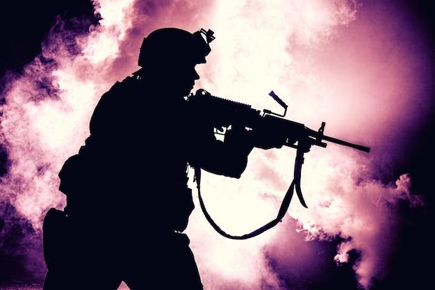 현대 보병 군인, 전술 탄약 및 헬멧에 엘리트 육군 전투기의 실루엣, 손에 돌격 서비스 소총으로 서