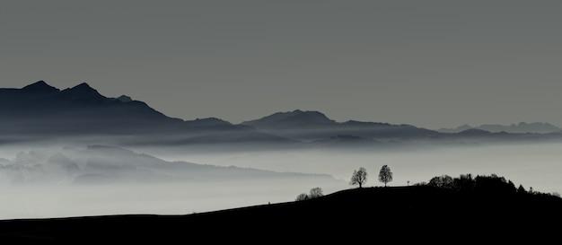 日没時の山のシルエット