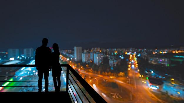 Силуэт людей на фоне панорамы