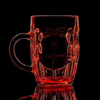 黒の背景にクリッピングパスと赤いビールグラスのシルエット。