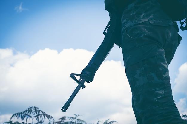 ライフルと太陽の兵士のシルエット