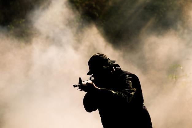 ライフルを持った兵士のシルエット