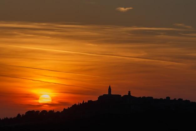 해질녘 도시의 실루엣 이탈리아 피엔자 타운 투스카니 이탈리아