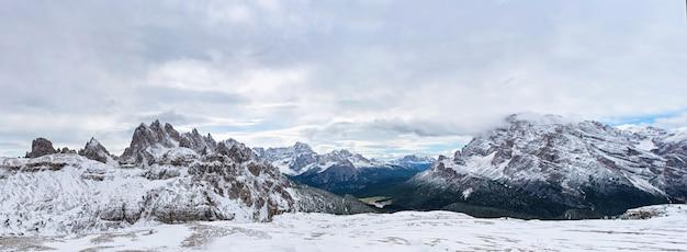 日の出の空、スポーツ、アクティブな生活の概念上の山のピークの男のシルエット。