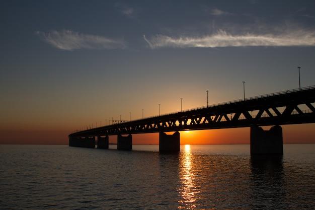 Силуэт моста эресундсброн над водой