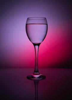 Силуэт прозрачного стекла на фиолетовом фоне