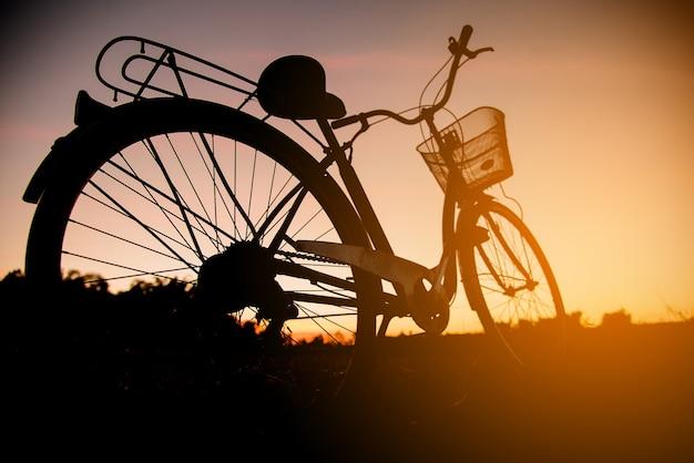 Силуэт винтажного велосипеда на закате