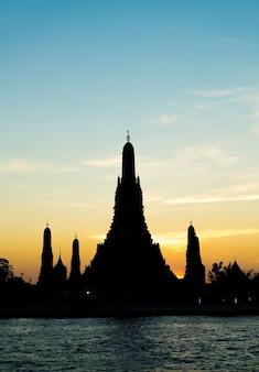 방콕에서 왓 아룬 사원의 실루엣