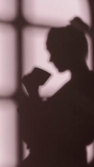 窓の影と自宅で女性のシルエット