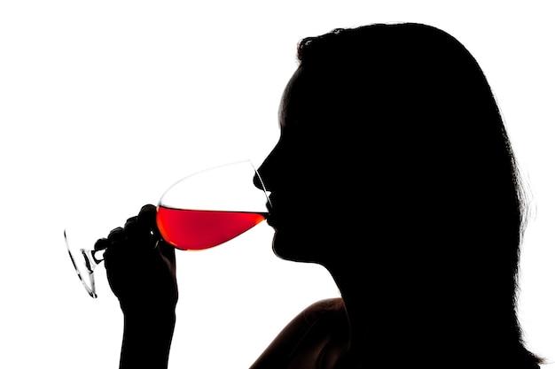Силуэт женщины дегустации вина