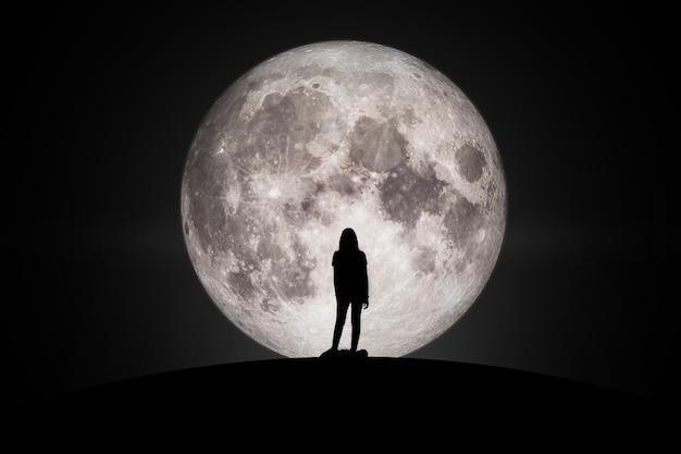Nasa에서 제공한 이 이미지의 희망 요소로 달을 바라보는 여성의 실루엣