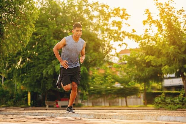 야외 운동 중 도로 피트 러너 피트니스 주자에서 전력 질주를 실행하는 젊은 남자의 실루엣