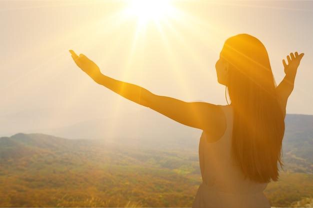 日没の若い女性のシルエット