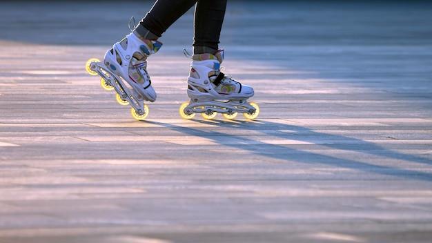 롤러 스케이트에 다리의 실루엣 쌍입니다. 취미와 오락