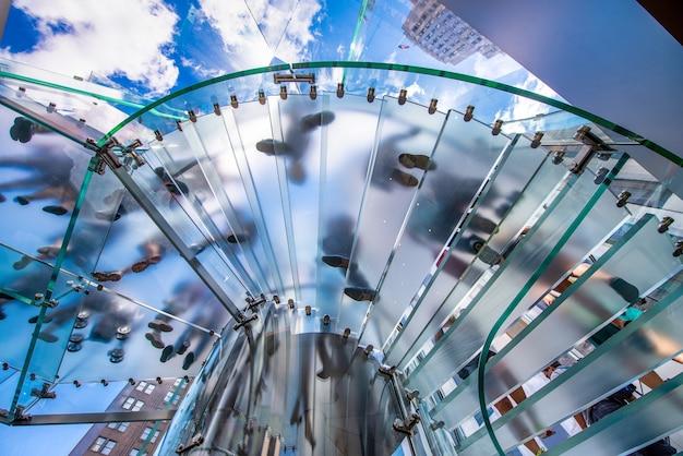 유리 계단에 실루엣 사람들, 바닥에서 볼 수 있습니다. 비즈니스 개념입니다.