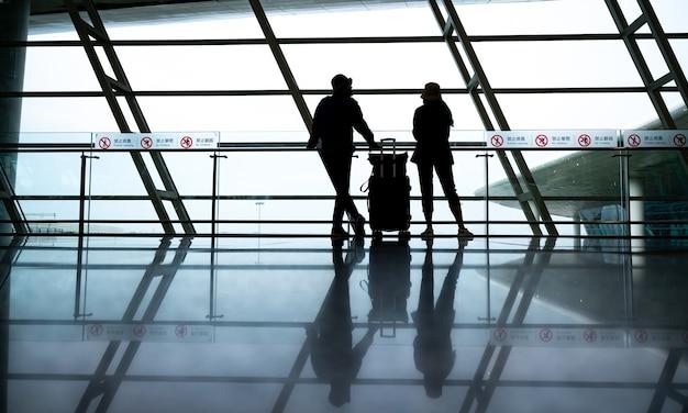 비행장 공항에서 만나는 실루엣 사람, 사업가와 여성 여행 개념, 현대 도시 사무실의 사업가, 도시 배경에서 걷는 비즈니스 관리자 팀워크