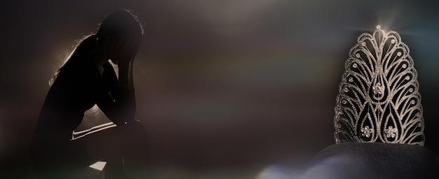 Силуэт грустная уставшая молодая женщина трогает лоб от стресса, расстроенного неквалифицированным или исключенным из конкурса королевы конкурса красоты