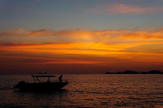 夕日の空に対して海のシルエット・ヨット