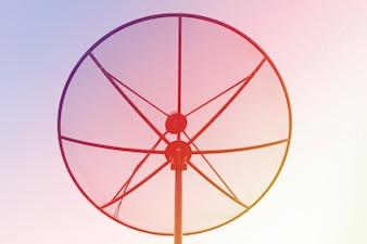 シルエット衛星皿明るいlight.nature背景。