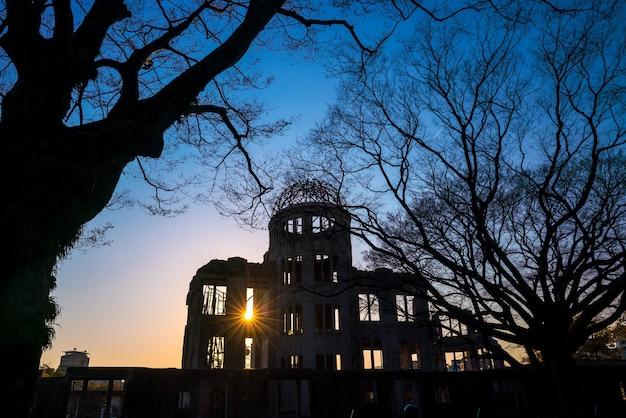 일본 히로시마에 있는 원자폭탄 돔의 실루엣 샷. 유네스코 세계문화유산