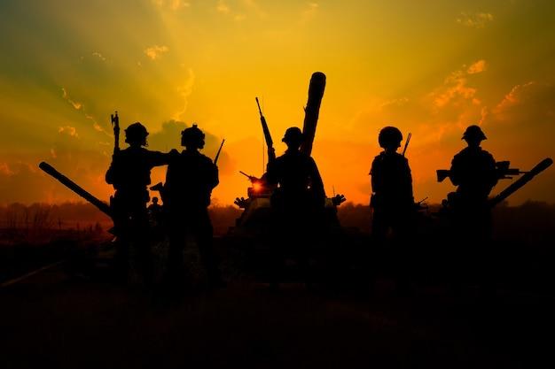 シルエットの兵士は武器軍事と危険の概念を保持します